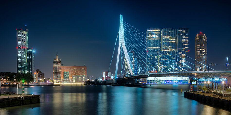 Erasmusbrug en Kop van Zuid in de avond van Mark De Rooij