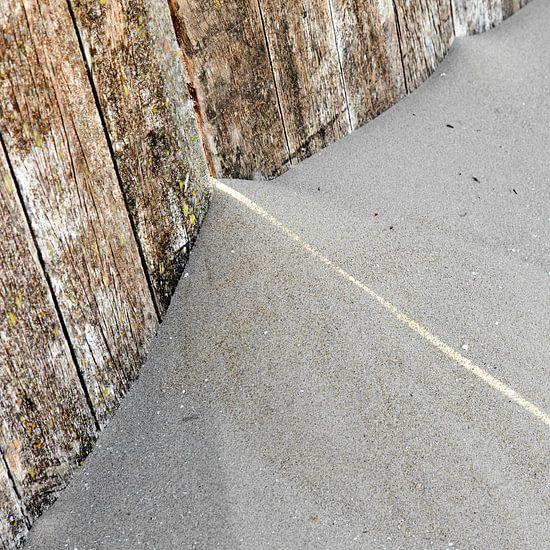 Grafiek met streep zonlicht over een opgewaaid stuk strandzand van Hans Kwaspen