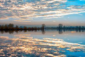 De wolken in het water