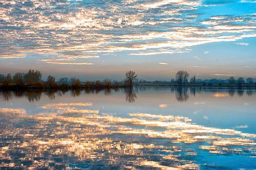 De wolken in het water van