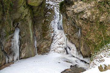 Bevroren waterval van de Tiefenbach in Bernkastel-Kues aan de Moezel van Reiner Conrad