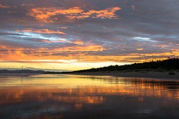 Strand Nieuw-Zeeland zonsondergang reflectie van Tom in 't Veld