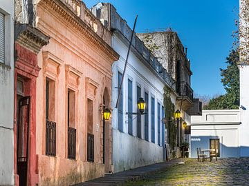 Idyllische schmale Straße in der alten Stadt Colonia Del Sacramento, Uruguay von