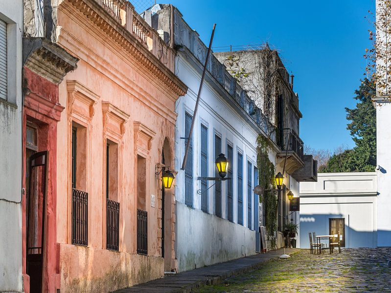 Idyllische smalle straat in de oude stad Colonia Del Sacramento, Uruguay van Jan van Dasler