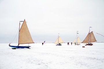 IJszeilen in de winter op de Gouwzee in Nederland van Nisangha Masselink