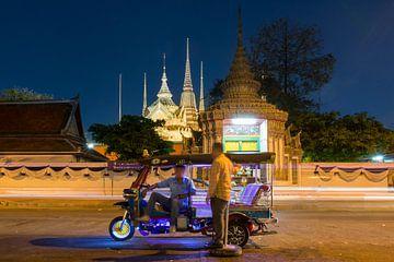 TukTuk voor de Wat Pho tempel in Bangkok van Antwan Janssen