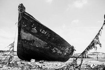Schiffbruch im Hafen von Paimpol in der Bretagne, Frankreich, an einem schönen Sommertag. von Sjoerd van der Wal