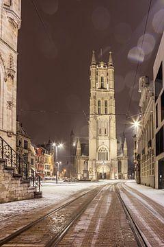 Tijdens sneeuwval de Sint-Baafskathedraal van Gent. van Marcel Derweduwen