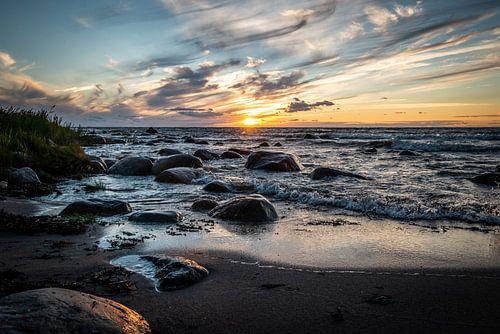 Zonsondergang aan een ruige zee in Estland