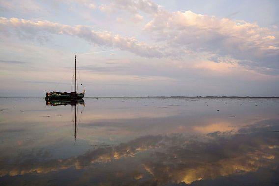 Drooggevallen skutsje in het avondlicht op de Waddenzee