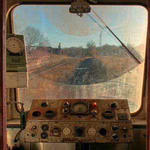 Doorkijkje door voorruit van oude locomotief