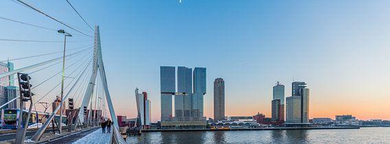 Halve maan boven De Rotterdam van Fons Simons
