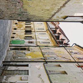 Oud straatje in Ljubljana Slovenie van Yvonne Smits