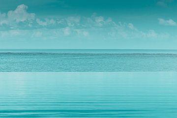 Wateroppervlak van een overloopzwembad voor een blauwe zee van Besa Art