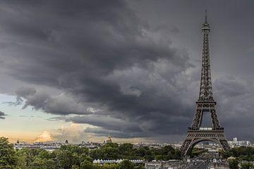 Parijs, Eifeltoren met onweerswolken sur Leo Hoogendijk