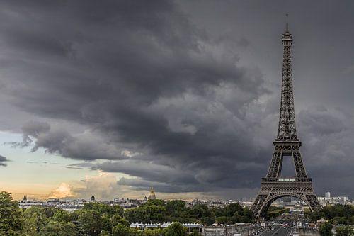 Parijs, Eifeltoren met onweerswolken van Leo Hoogendijk