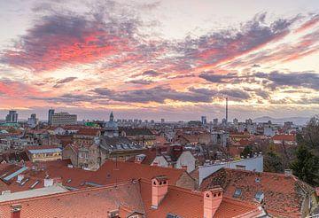 Uitzicht skyline Zagreb - Kroatie van Marcel Kerdijk