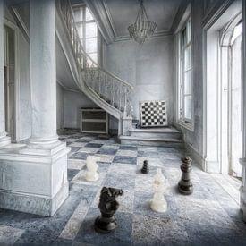 Hal van chateau als schaakveld met stukken van Marcel van Balken