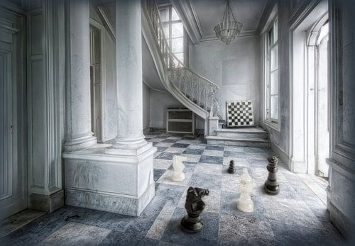 Hal van chateau als schaakveld met stukken