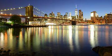 Brooklyn Bridge en Manhattan New York skyline in de avond, panorama van Merijn van der Vliet