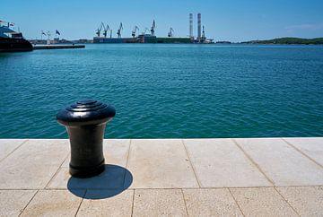 Meerpalen voor het aanmeren van schepen aan een steiger in de haven van Pula