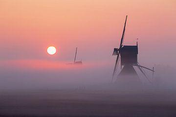 Mühle im Nebel bei Sonnenaufgang von Paul Begijn