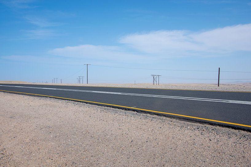 Snelweg door woestijn landschap Namibië van Jille Zuidema