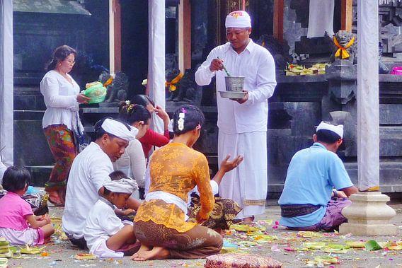 Rituele zegening, Bali. van Lex Boon