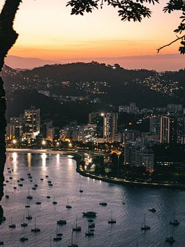 Uitzicht over Rio de Janeiro tijdens zonsondergang vanaf Pão de Açúcar van Michiel Dros