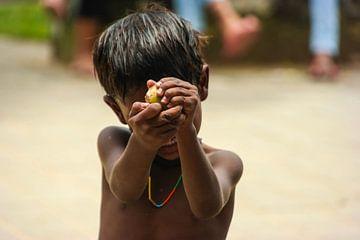 Indischer Junge mit Halskette in Bombay von Camille Van den Heuvel