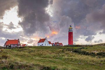 Sfeervol landschap met vuurtoren van Texel tijdens zonsondergang van Hilda Weges