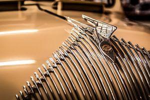 Chrysler grille met baleinen en hood ornament van autofotografie nederland