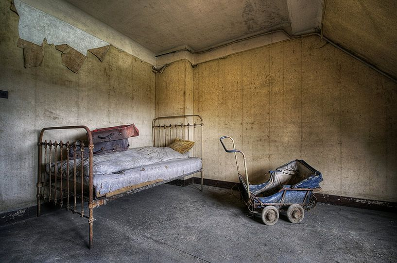 Urbex - bed en kinderwagen von Angelique Brunas
