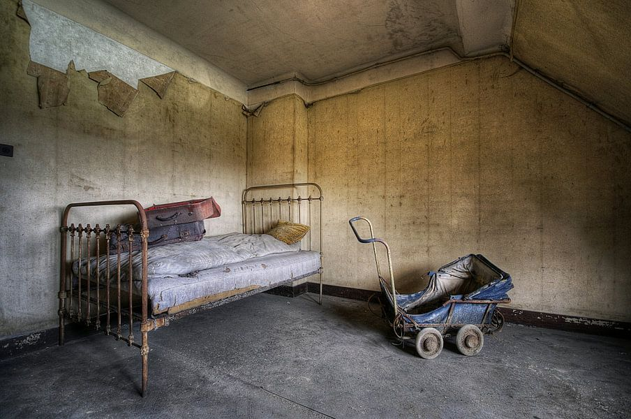 Urbex - bed en kinderwagen van Angelique Brunas