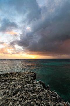 Coucher de soleil impressionnant le long de la côte nord d'Aruba