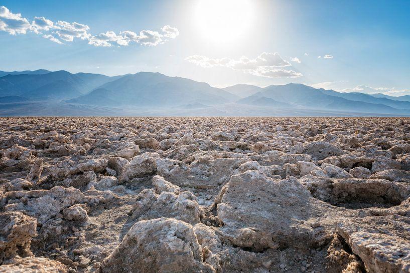 Badwater zoutvlakte in Death Valley van Ronald Tilleman