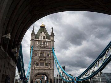 Uitzicht op de Tower Bridge in Londen, op een dramatische bewolkte dag.