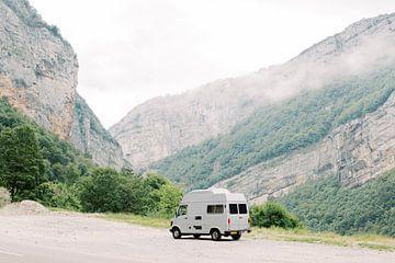 Roadtrip Frankrijk | Oldtimer Mercedes camper busje in de bergen | Vanlife reisfotografie wall art van Milou van Ham