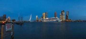 Le navire de croisière AIDAPrima à Rotterdam. sur MS Fotografie | Marc van der Stelt