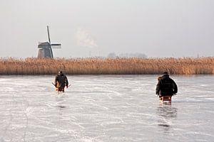 Ouderwets sleeen in de winter op het ijs in  Nederland van