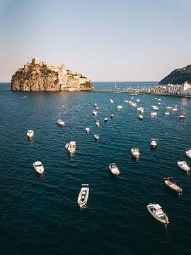 Bootjes en het kasteel van Ischia gezien vanuit de lucht van Michiel Dros