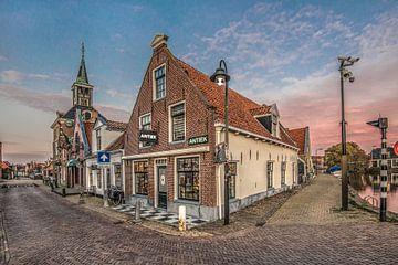 Straatbeeld in het Friese stadje Makkum met huizen en kerk van