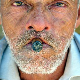 Man with Cohiba cigar on Cuba sur Roelof Foppen