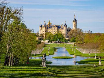 Gezicht op het kasteel en de kasteeltuin in Schwerin van Animaflora PicsStock