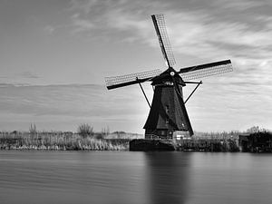 Niederländische Landschaftsmühle in Schwarz-Weiß