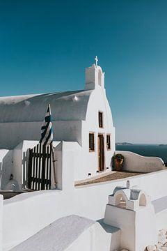 Weiße Kirche in Oia Santorini Griechenland von Manon Visser