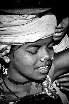 Sieraden dragende vrouw sur Ton Bijvank