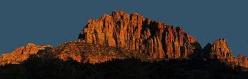 Rode bergen door Zonsondergang van Sander van Dorp