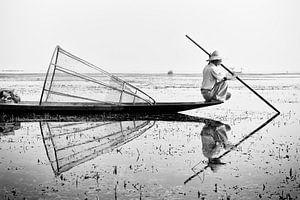 Visser in zijn boot op Inle Lake, Myanmar van