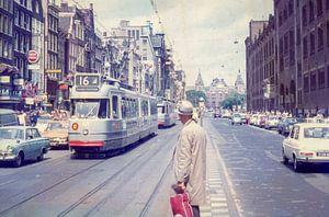 Vintage Amsterdam - Damrak mit Straßenbahn von Johan Schouls
